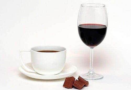 không nên uống rượu với cà phê